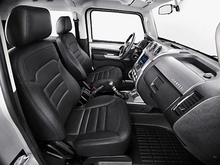 O interior tem um novo design, com visual agradável e materiais de alta qualidade, que oferecem alta resistência e fácil limpeza para o uso em trilhas