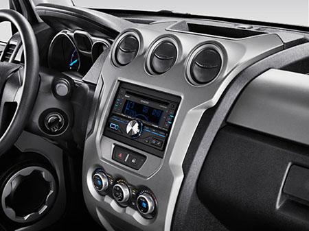 """Vem com ar-condicionado digital """"dual zone"""", CD-MP3 player com entrada auxiliar, USB e Bluetooth, vidros e espelhos elétricos, bagageiro de teto, lanternas de LED, teto solar duplo de vidro e rodas de alumínio de 17"""""""