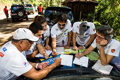 Equipes recebem o mapa momentos antes da largada - Foto: Tom Papp / Mitsubishi