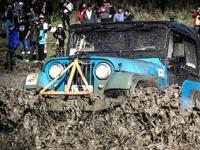Jipeiros e jipeiras colocaram suas maquinas para acelerar nas trilhas com muita lama - Foto: Photo Trilha