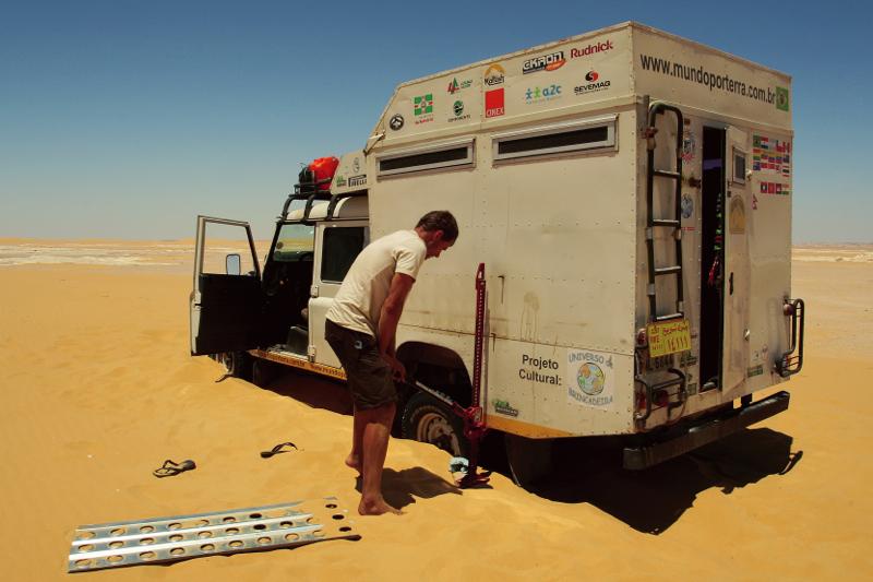 ENCALHADA NO DESERTO BRANCO – EGITO  Usamos o High Lift Jack (macaco de alta elevação) e as Sand Tracks (pranchas para a areia) para sair do sufoco de uma encalhada, ao sol quente de meio dia, no Deserto do Saara.