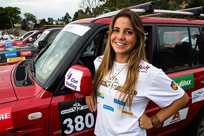 A atleta 4x4 e surfista Chloé Calmon foi conhecer o rali de estratégia - Foto: Tom Papp / Mitsubishi