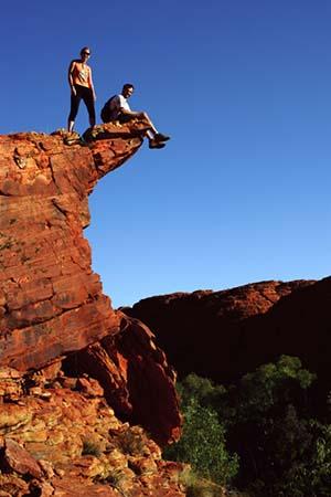 KINGS CANYON – AUSTRÁLIA  Fazíamos muitas caminhadas nos parques nacionais da Austrália. Nesta foto, estamos no Kings Canyon, local onde caminhamos por aproximadamente 4 horas. No caminho, passamos por paredões de quase 300 metros de altura, piscinas naturais e interessantes formações rochosas.