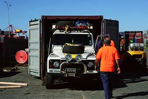 RETIRADA DE NOSSO CARRO DO CONTAINER, MELBOURNE – AUSTRÁLIA  Para que nosso carro coubesse dentro de um container de 20 pés, projetamos um teto removível, o qual era colocado entre a frente do carro e as portas do container. Foram quatro despachos no total:  - Venezuela – Austrália; - Austrália – Malásia; - Malásia – Índia; - Países Baixos – Colômbia.