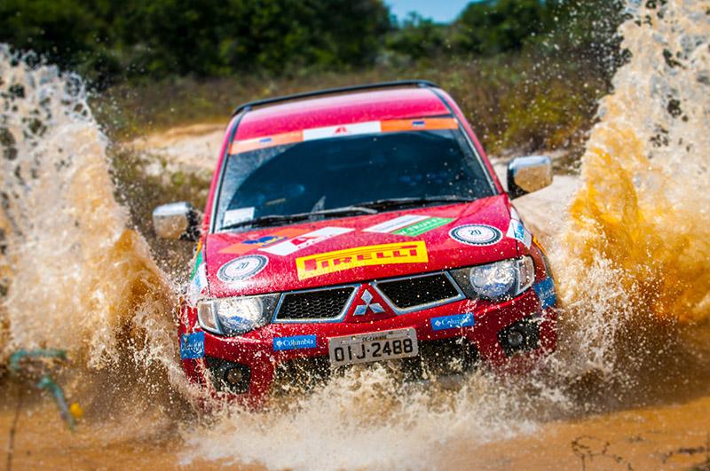 Os veículos Mitsubishi enfrentaram muita água na etapa de Natal - Foto: Cadu Rolim/Mitsubishi