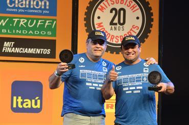 Ricardo e Vanderlei com os troféus no pódio  - Foto:  Angelo Savastano/SavaPhoto