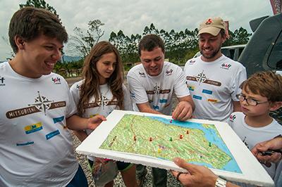 Equipes usam o mapa e traçam a estratégia para cumprir os PCs - Foto:  Cadu Rolim/Mitsubishi