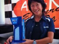 Helena Deyama com troféu do Rally Serra Azul