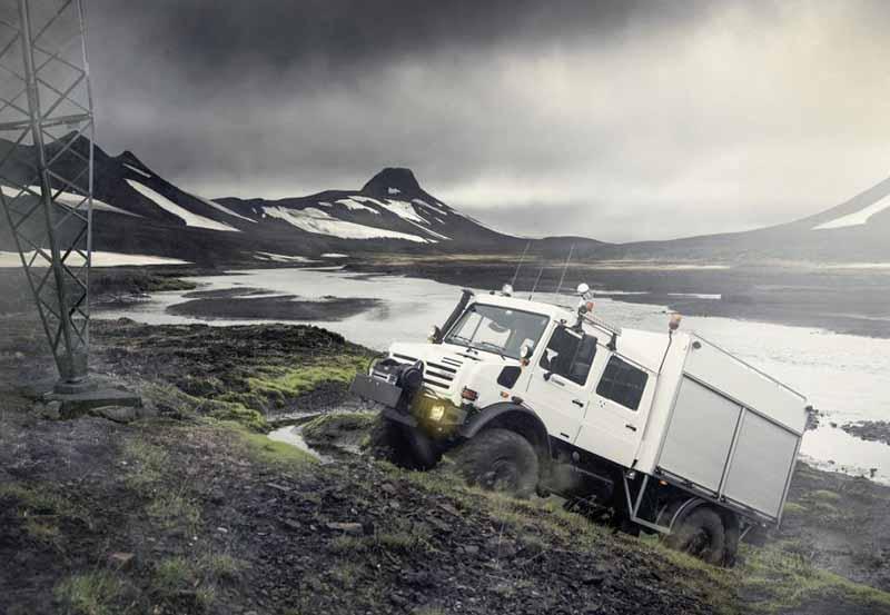 Com base em molas helicoidais, o que permite que o veículo atravesse trechos alagados de até 1,20 metro de profundidade