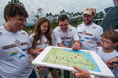 Equipes usam o mapa e traçam a estratégia para cumprir as atividades - Foto:  Cadu Rolim/Mitsubishi