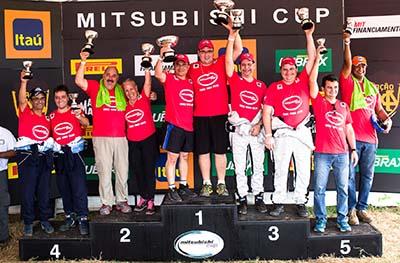 Campeões da categoria Pajero TR4 ER - Foto:  Tom Papp / Mitsubishi