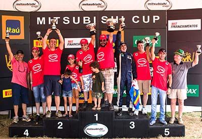 Campeões da categoria Pajero TR4 R - Foto:  Tom Papp / Mitsubishi