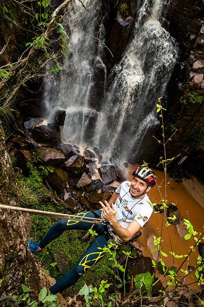 Entre as provas, estava um rapel ao lado de uma cachoeira - Foto:  Tom Papp/Mitsubishi