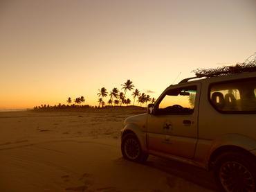 O SUV compacto da Suzuki pelas praias com o Tamar