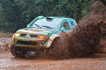 Mesmo com chuva e problemas na embreagem, dupla fechou em segundo na categoria - Foto:  Ney Evangelista/Dfotos