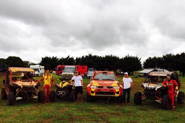 Família da Poeira completa na frente de seus veículos de competição