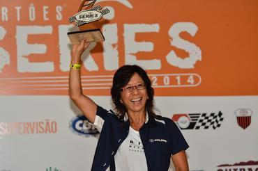 Helena Deyama com o troféu do Rally dos Amigos, no pódio que garantiu o título - Foto:  David Santos Jr/Webventure
