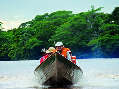 Turistas em passeio de barco pelo Taquari ii