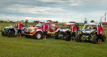 Família da Poeira completa ao lado de seus veículos de competição - Foto:  Donizetti Castilho/DFotos