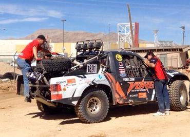 Dupla com a equipe de apoio, no Deserto de Nevada - Foto:  Divulgação