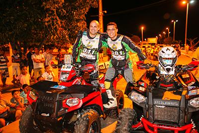 Pedro Costa (à direita) ao lado do pai, Paulo de Souza, no Rally Transbahia - Foto: Haroldo Nogueira