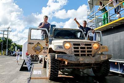 Fernando Lage e o navegador Gustavo Schimidt (à esquerda), atuais campeões dos carros no Rally Transbahia - Foto: Haroldo Nogueira