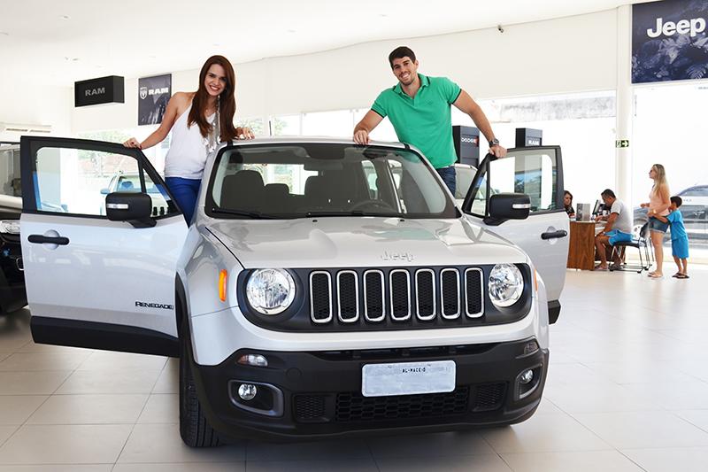 Rodrigo Sampaio de Melo Nogueira comprou o modelo na concessionária Auto Premium e presenteou a esposa Gabriela - Foto: Wellington Charles/Gazeta de Alagoas