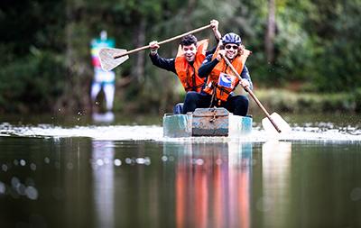Participantes atravessaram uma represa com um barco a remo - Foto:  Tom Papp / Mitsubishi