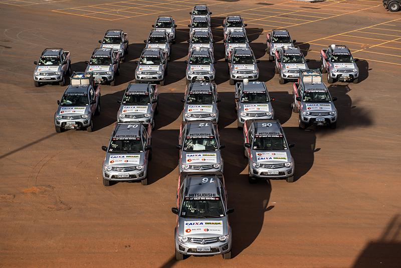 Os 55 carros estão prontos para a prova - Foto: Victor Eleutério / Mitsubishi