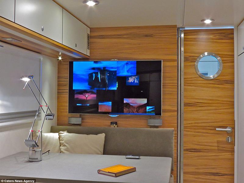 Sala de tv  com antena via satelite