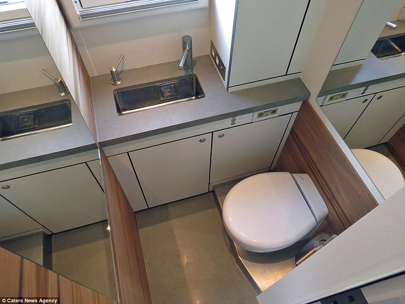 Banheiro com lavabo todo compacto
