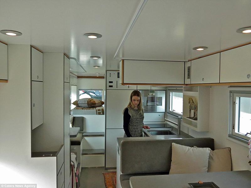 O Interior dispõe de 23 pés quadrados de espaço de estar