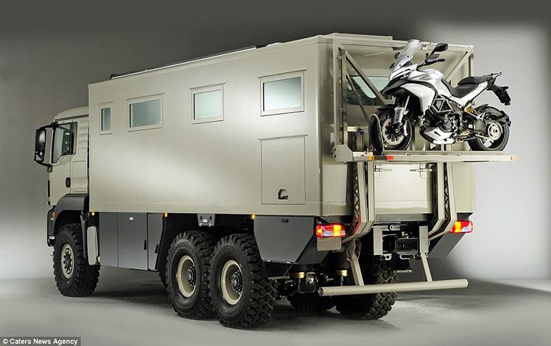 O veículo militar e é tão grande que pode facilmente levar uma moto na parte traseira em uma plataforma especial