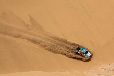 Foto em deserto do livro Rally – 10 anos de uma paixão (Foto: Sanderson Pereira/Divulgação)