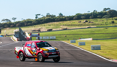 Competidores largaram da pista do Autódromo - Foto:  Marcio Machado/Mitsubishi