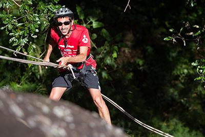 Rapel de 15m foi um dos desafios - Foto:  Gabriel Barbosa / Mitsubishi
