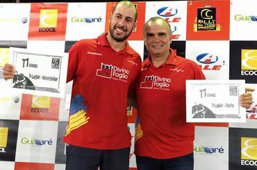 Gustavo Gugelmin (E) e Reinaldo Varela (D) no pódio do RN 1500 (Foto: Divino Fogão Rally Team/Divulgaçao)