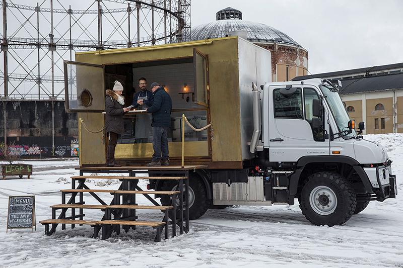 Der Food-Fotograf Sami Repo in seinem selbstgebauten Food-Truck.