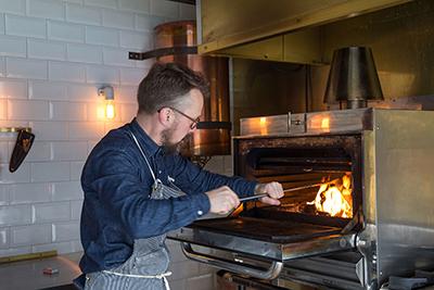 Ein 400 kg schwerer BBQ-Ofen aus Spanien ist das Herzstück des