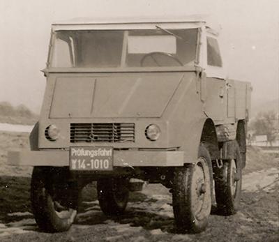 O primeiro protótipo de Dezembro de 1946, com motor a gasolina (OM 636) e pneus de caminhão