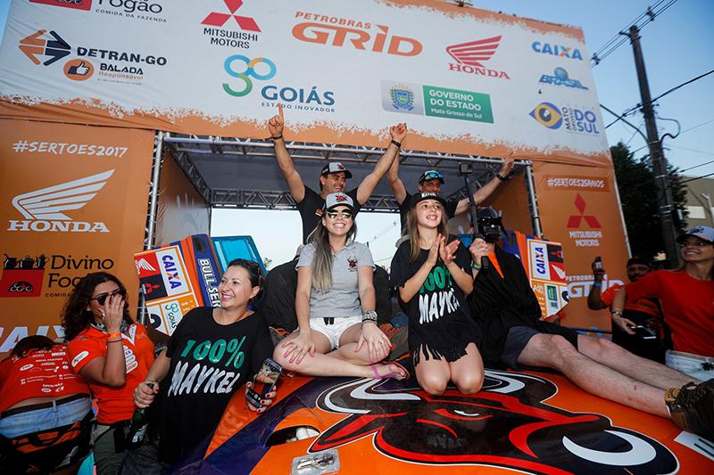 Campeões na Protótipos T1 comemoram na rampa de chegada, no sábado  (Magnus Torquato/Fotop)