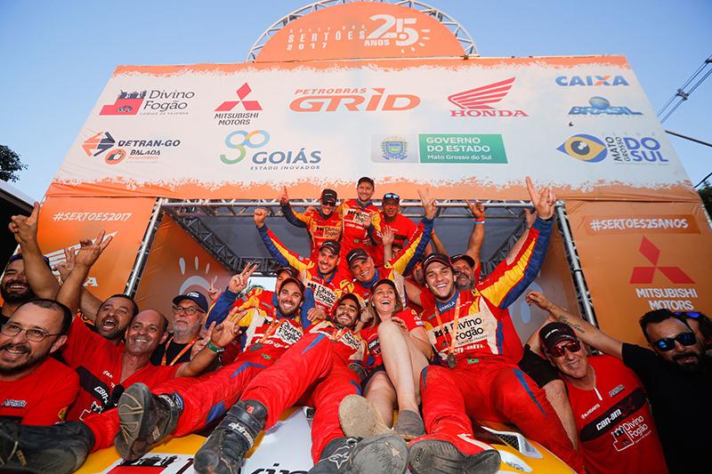 Equipe Divino Fogão Rally Team comemora o resultado no Rally dos Sertões (Foto: Magnus Torquato/Fotop)