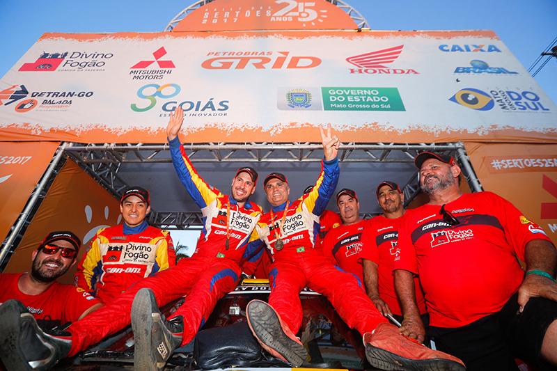 Reinaldo Varela e Gustavo Gugelmin festejam a segunda colocação no Sertões (Foto: Magnus Torquato/Fotop)