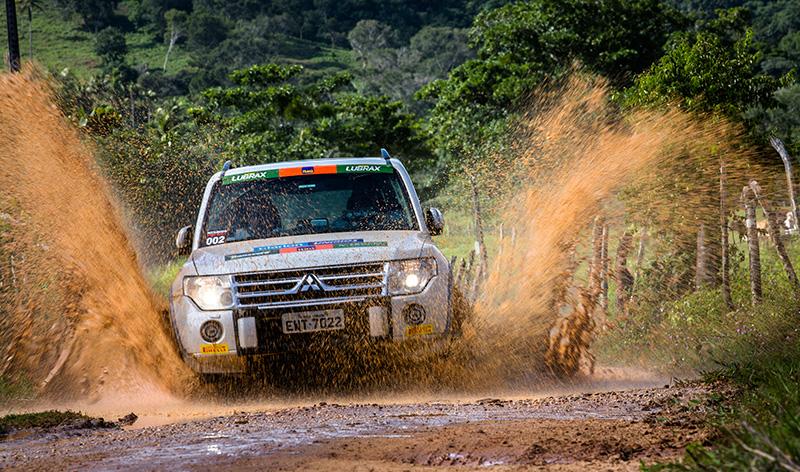 Muita emoção à bordo dos veículos 4x4 - Foto:  Tom Papp / Mitsubishi