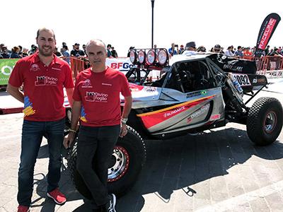 Gustavo Gugelmin (E) e Reinaldo Varela (D) com o buggie (Foto: Divulgação)
