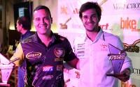 Pilotos Geison Belmont (à esquerda) e Bruno Varela recebem os troféus do Prêmio Guidão de Ouro.  Crédito: Idário Café/Mundo Press