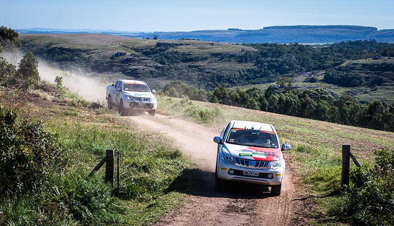 Cada equipe é formada por dois carros - Foto: Tom Papp / Mitsubishi