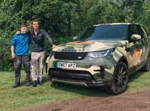 Nova campanha da Land Rover traz o aventureiro Bear Grylls fazendo surpresa para fã de 13 anos de idade