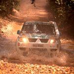 Otávio e Allan Enz revisam o carro para a etapa maratona do Rally dos Sertões 2018