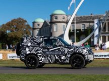 Novo Land Rover Defender empolga multidão em Goodwood